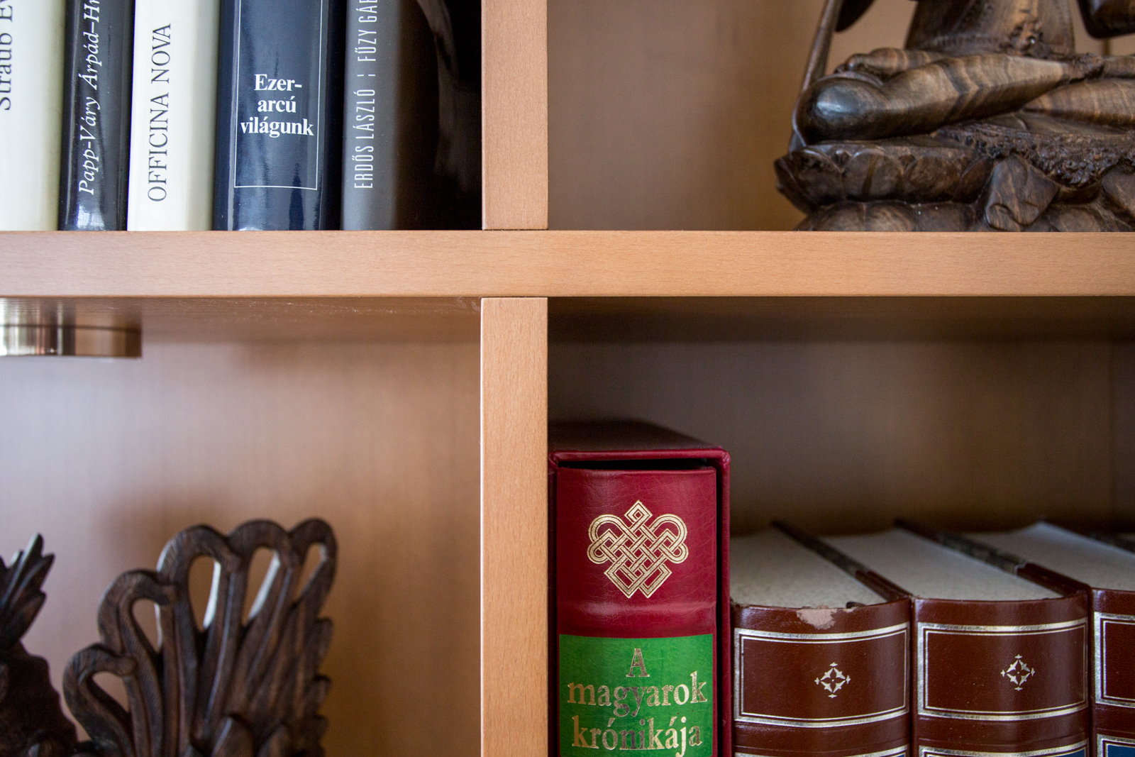Könyvespolc bükkfa furnérból