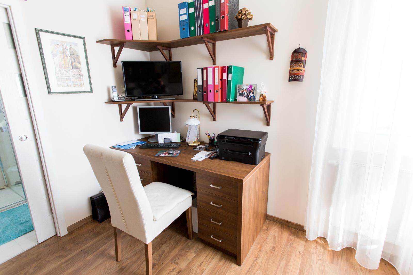 Laminált lapból készült szekrény és dolgozó asztal
