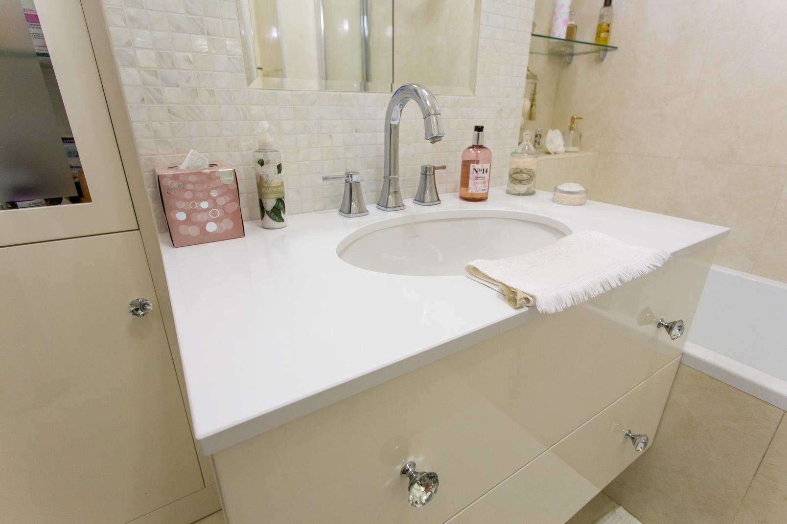 Magasfényű festett fürdőszoba bútor