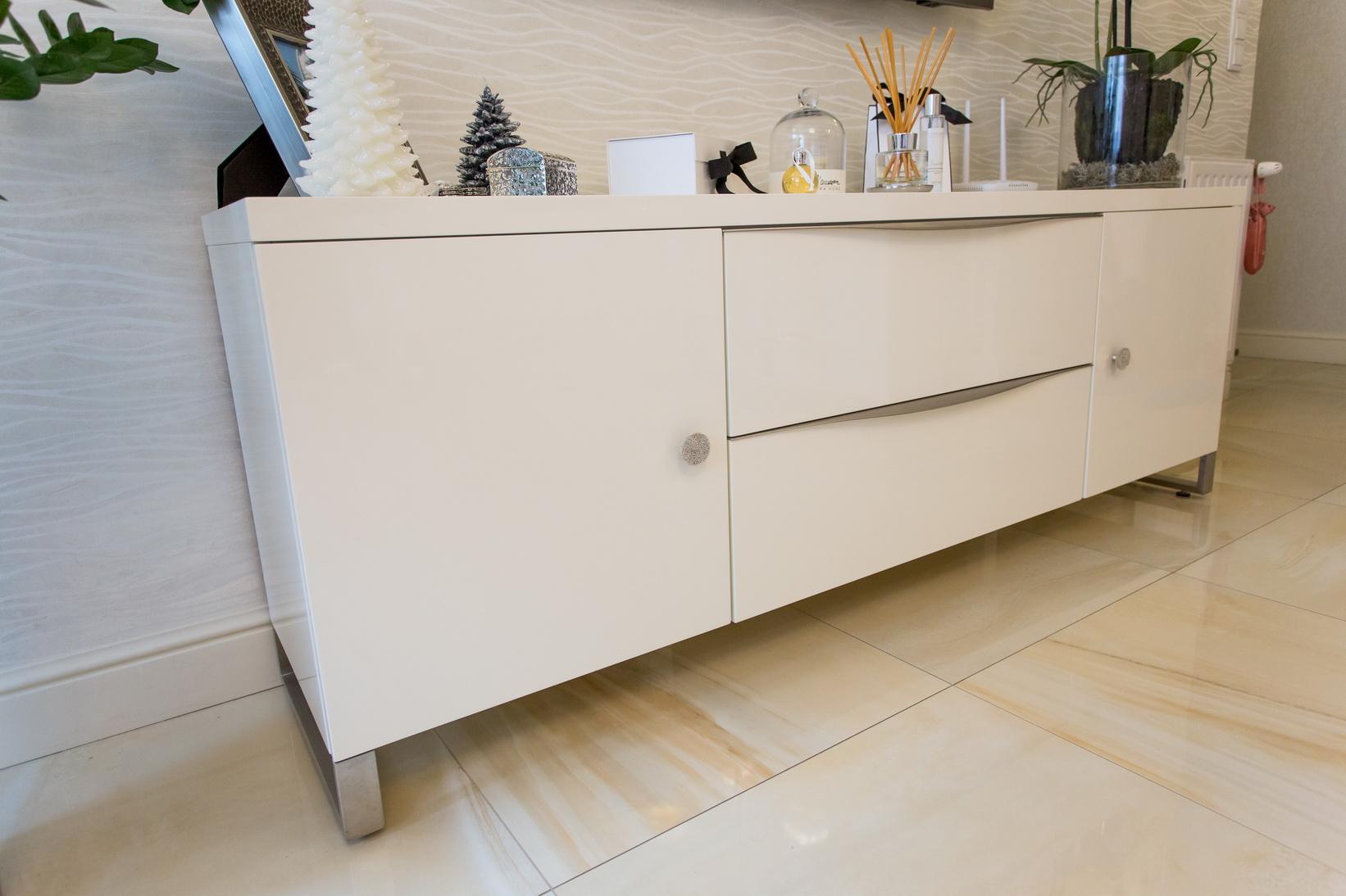 Magasfényű festett nappali bútor