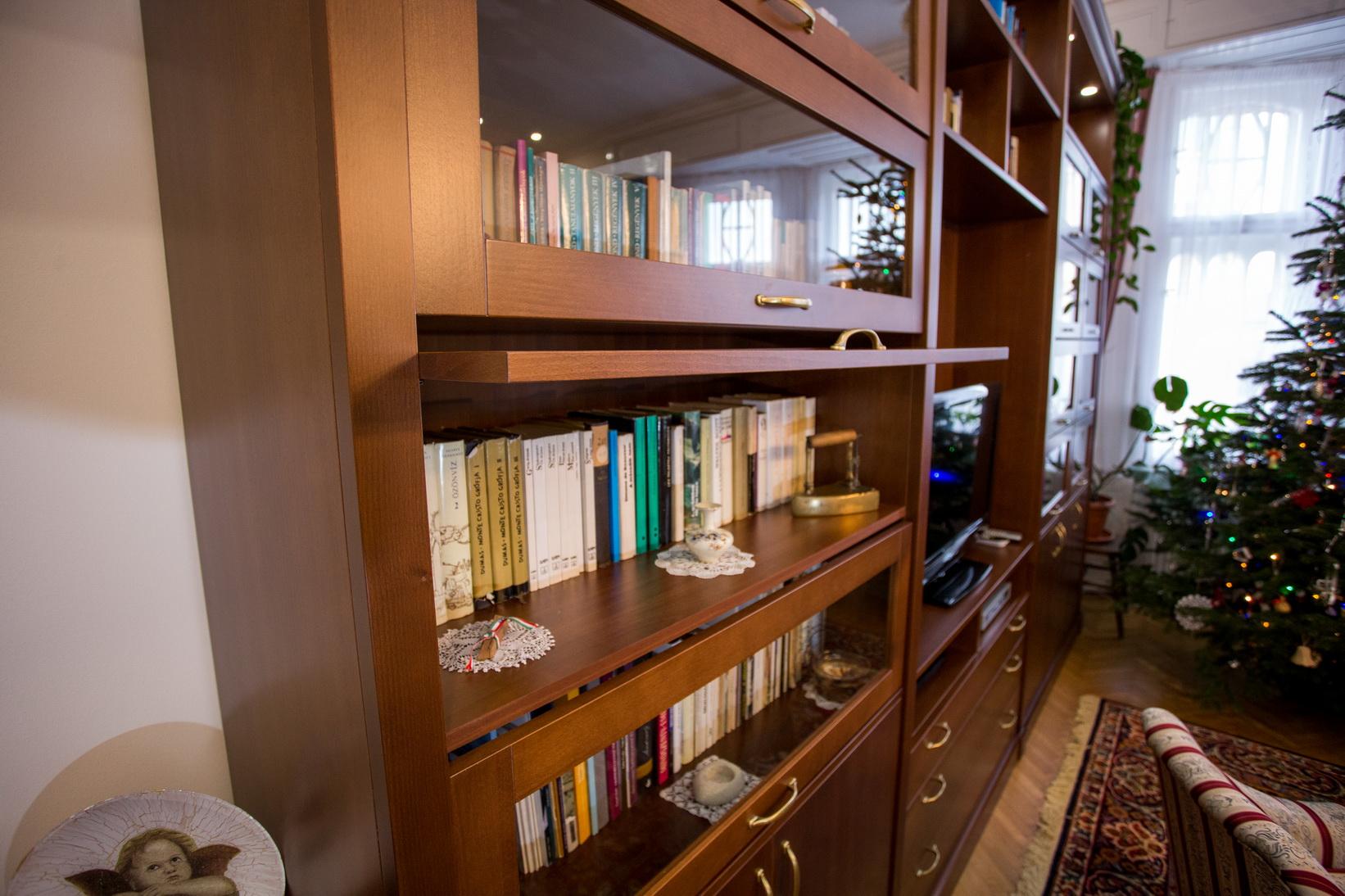 Bükk furnérozott, klasszikus stílusú nappali bútor