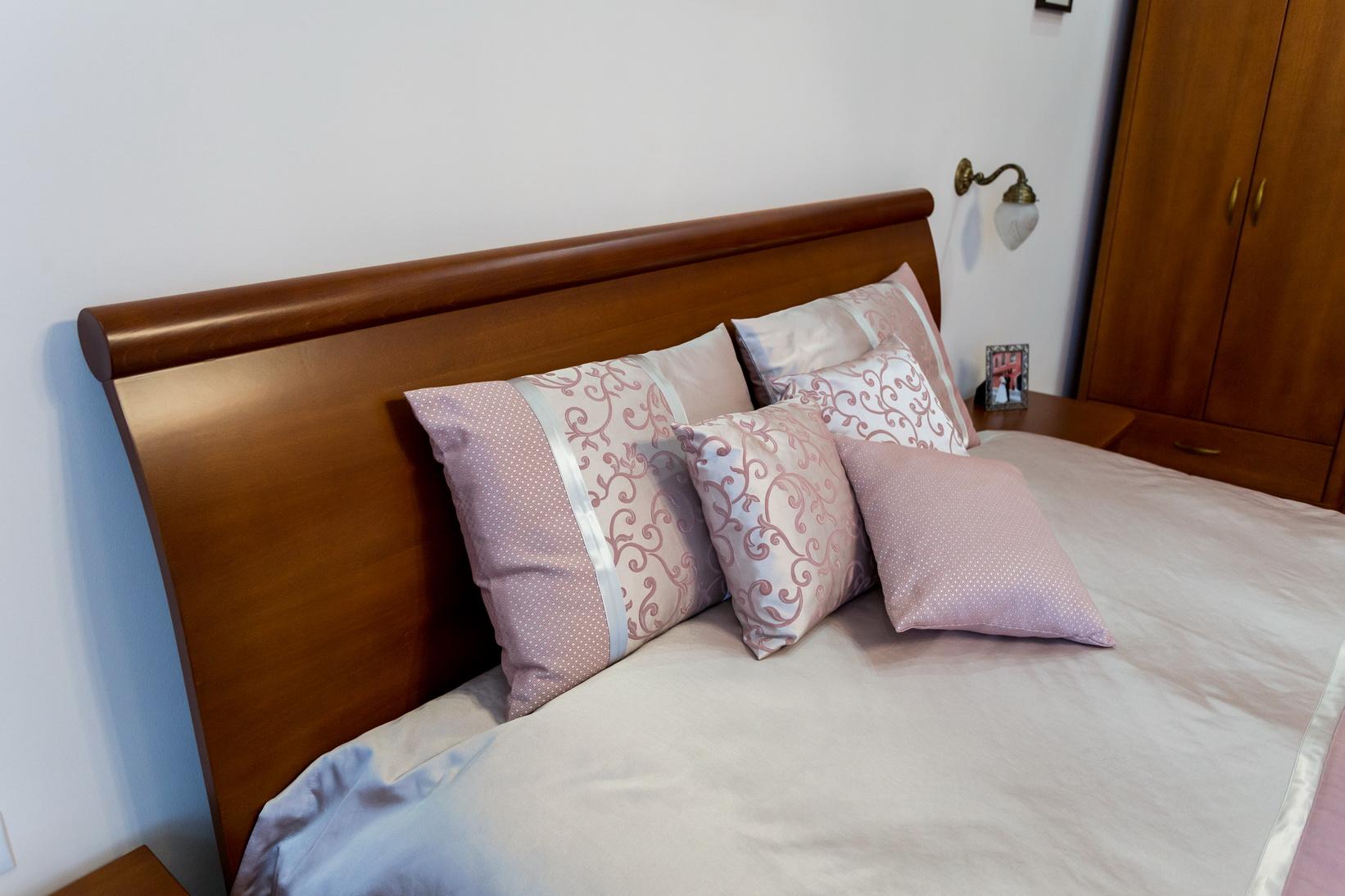 Tömör bükkfa és bükkfa furnérozott hálószoba bútor