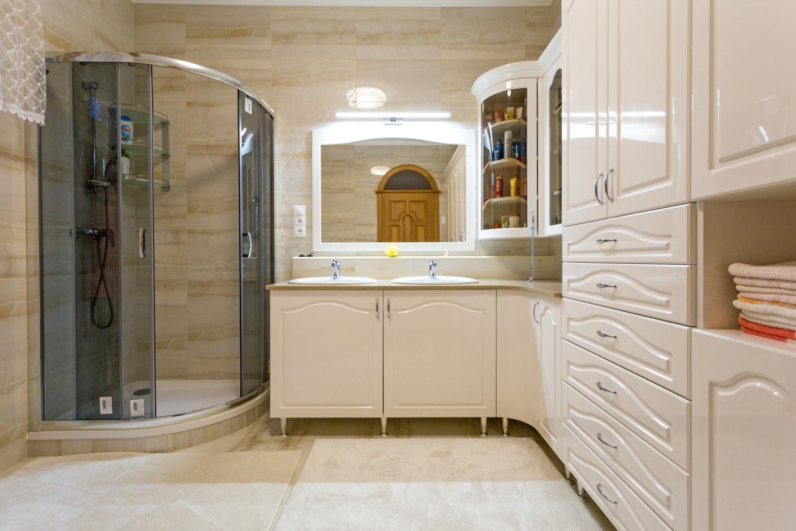 Magasfényű, klasszikus stílusú fürdőszoba bútor