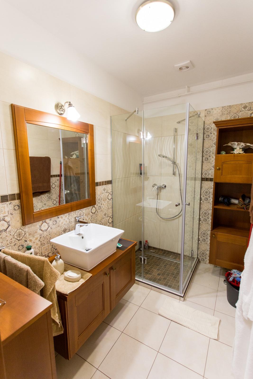 Exkluzív, tömör cseresznyefa fürdőszoba bútor