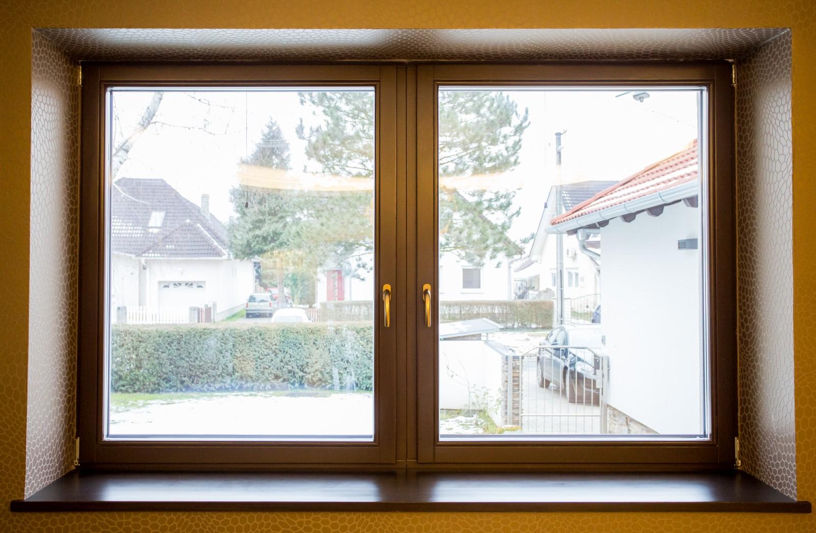 Hazai erdei fenyőből készült ablakok.