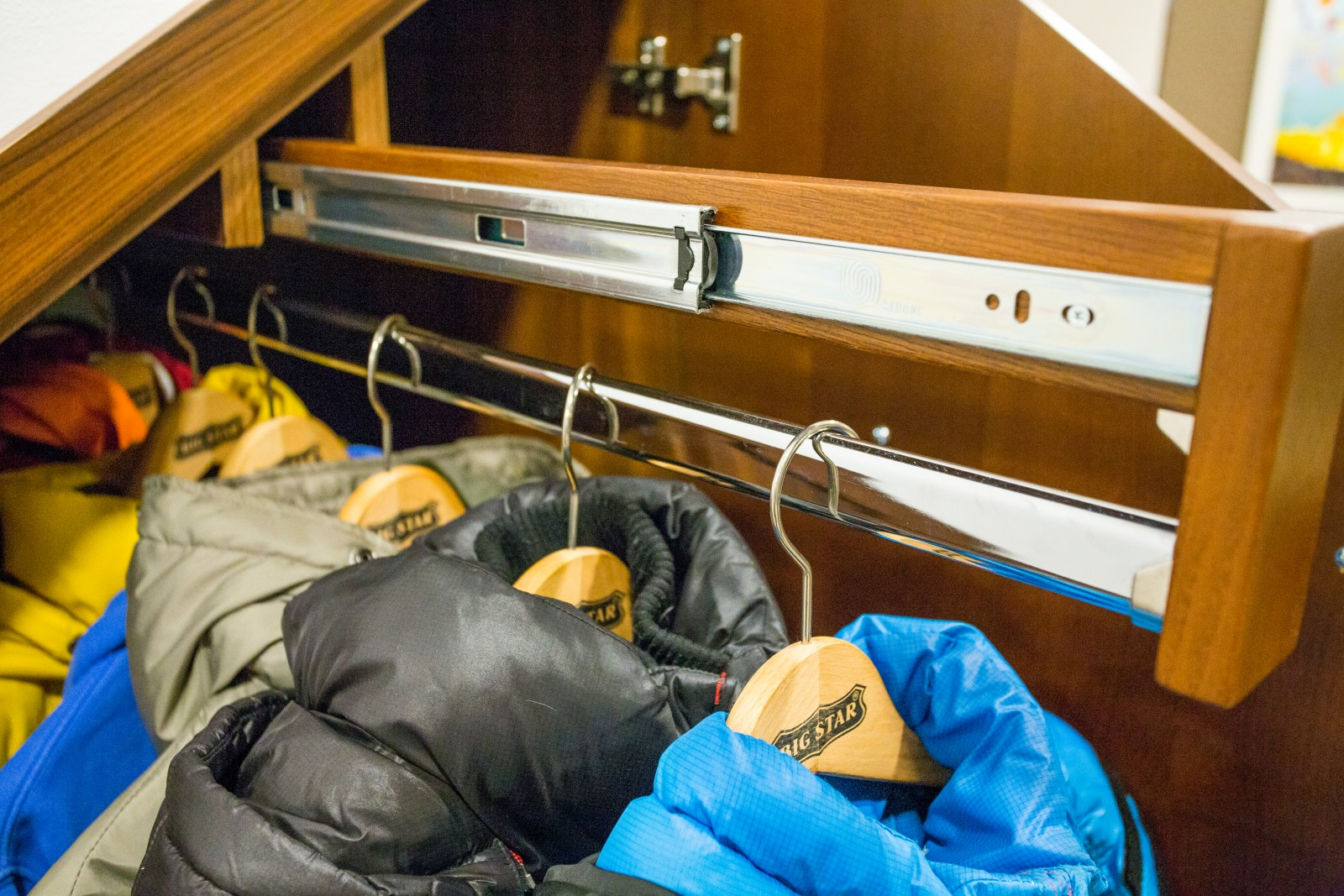 Palisander egzóta fa furnérozott beépített szekrény