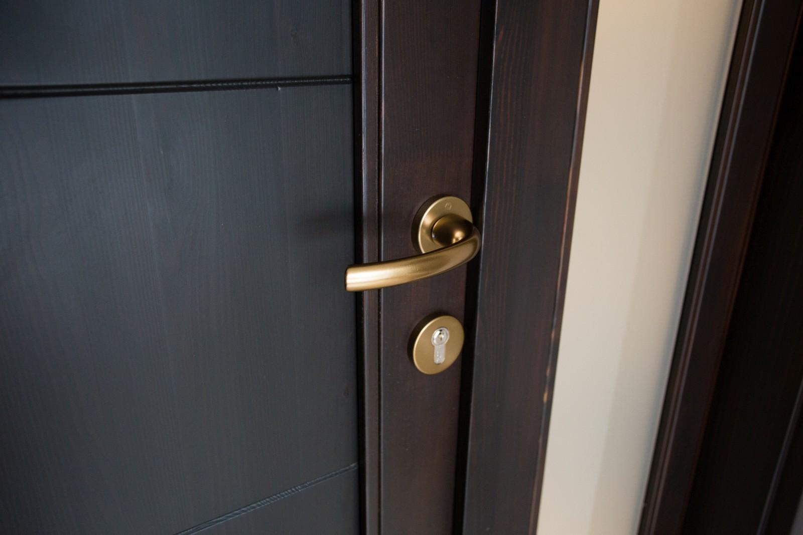 Hazai erdei fenyőből készült kültéri ajtó