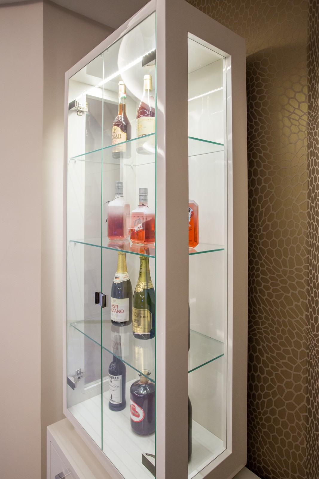 Minimál stílusú, magas fényű festett MDF tálalószekrény