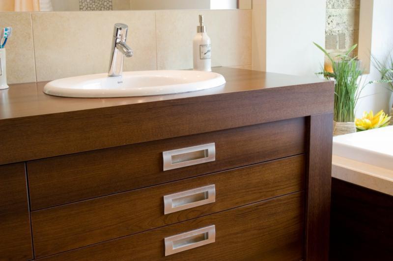 Frakenoir fa furnérozott fürdőszoba