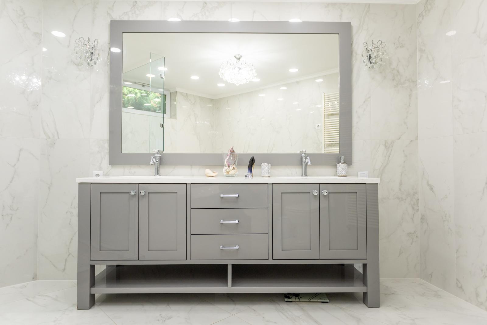 Magasfényű, vintage stílusú fürdőszoba bútor