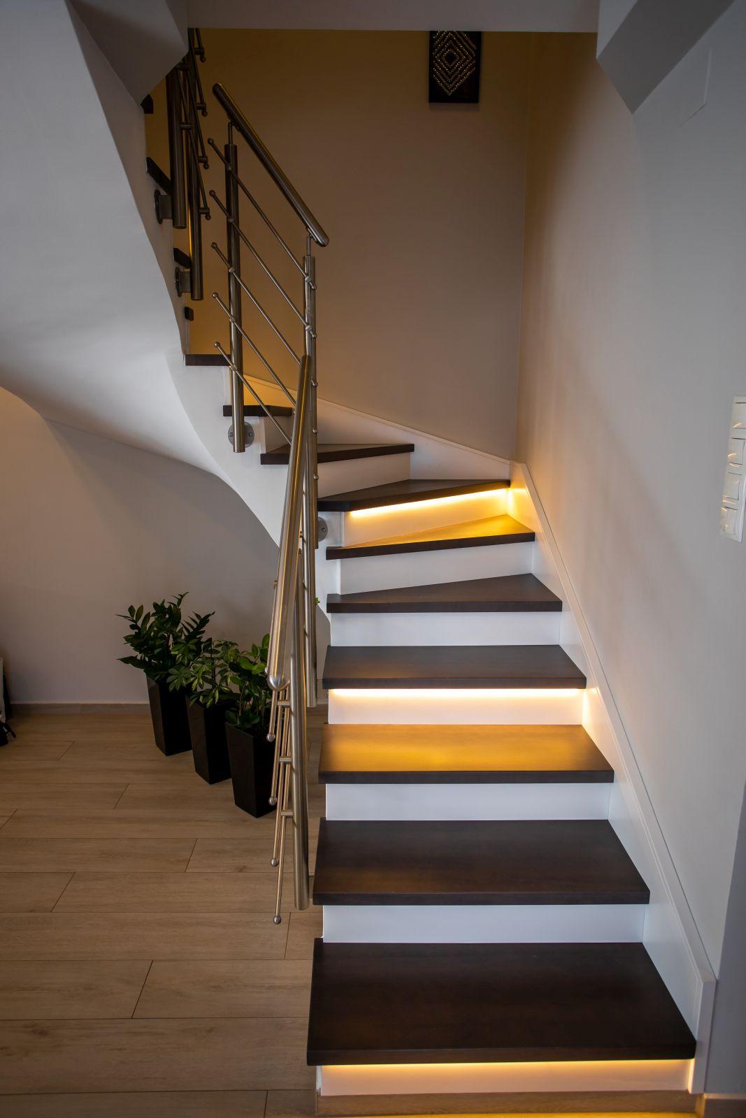 Bükkfa lépcsőfokok, fújt MDF lépcsőkísérővel