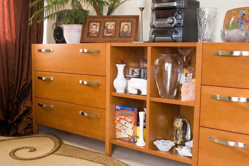 Mogyoró színre pácolt nappali bútor